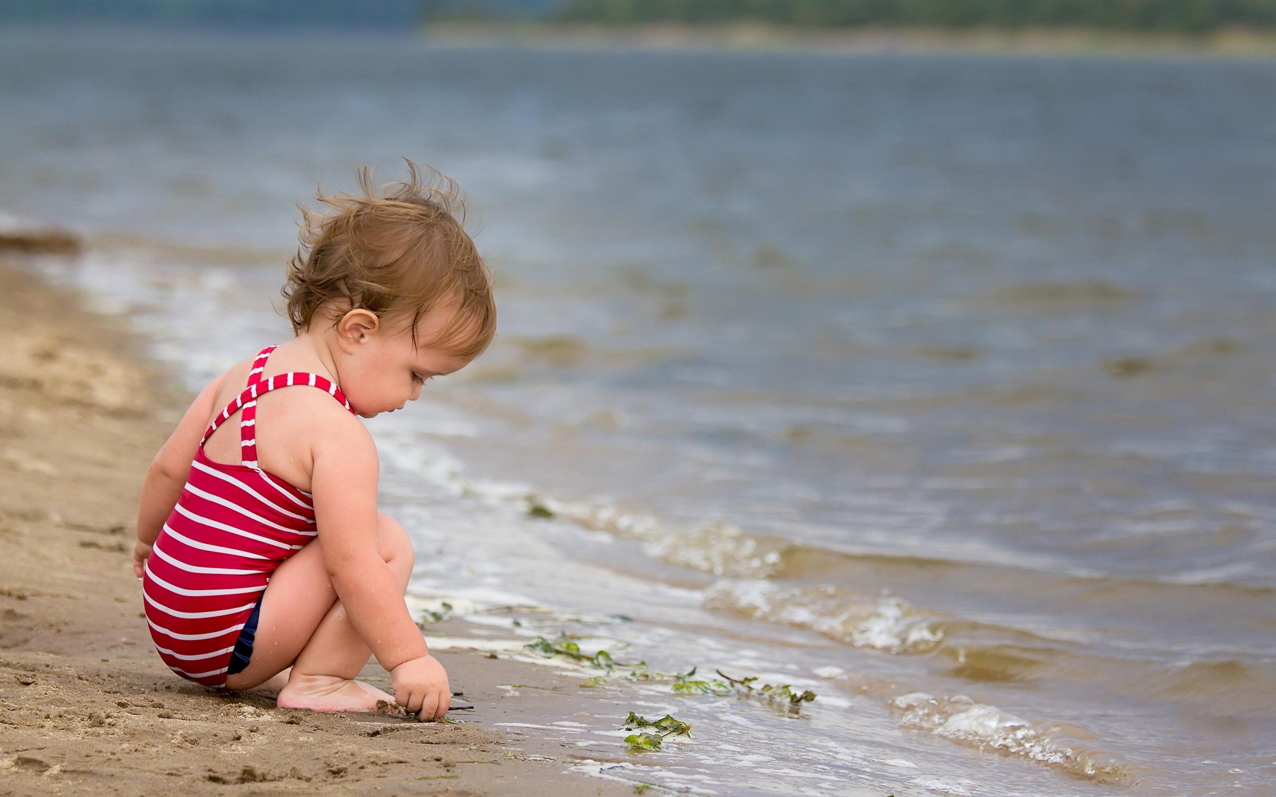 bambina sul bagnasciuga, mare che paura