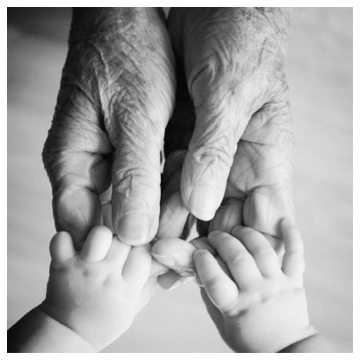 nonni e nipoti mani nelle mani