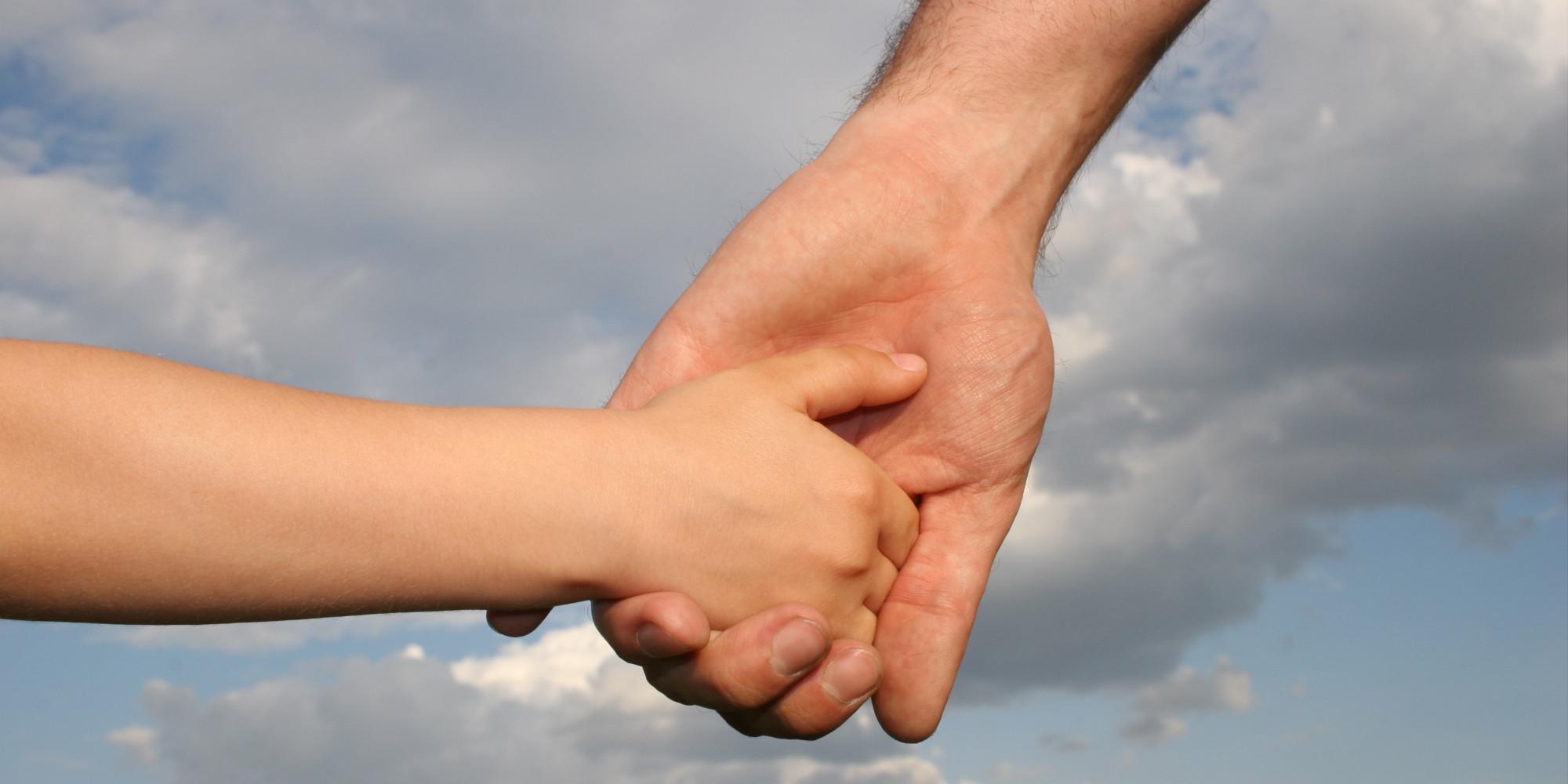 mamma in ospedale,padre e figlio mano nella mano