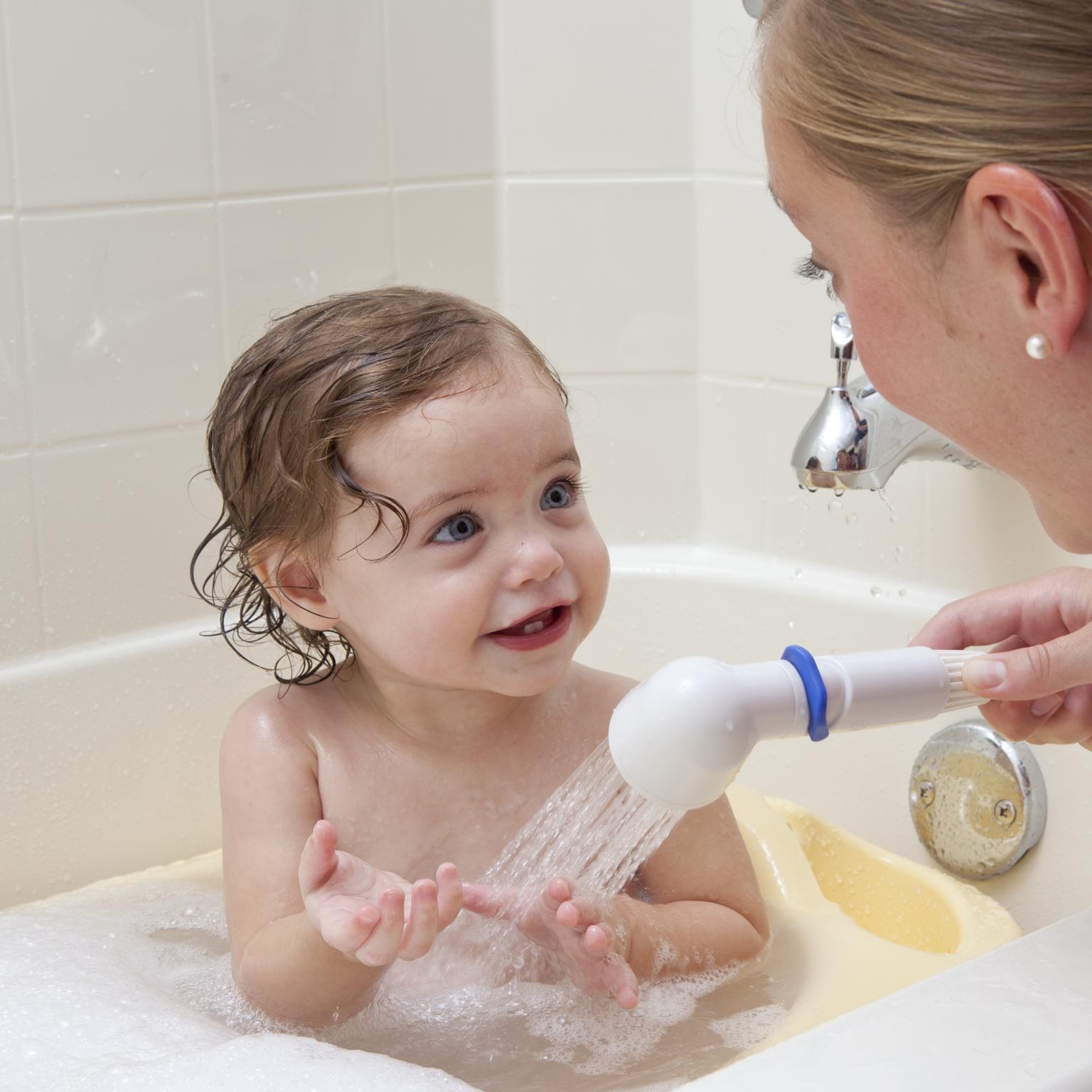bambini che fanno il bagnetto