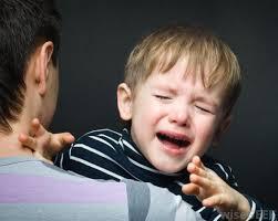 bambini che piangono al distacco con la mamma