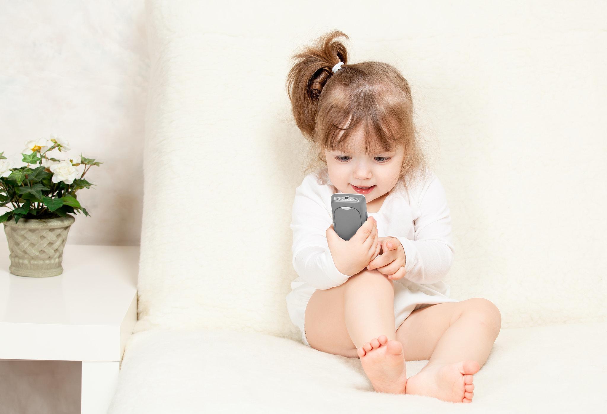 bambini che usano il cellulare