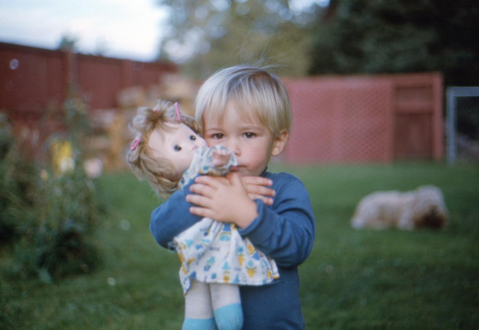 maschi che giocano con le bambole