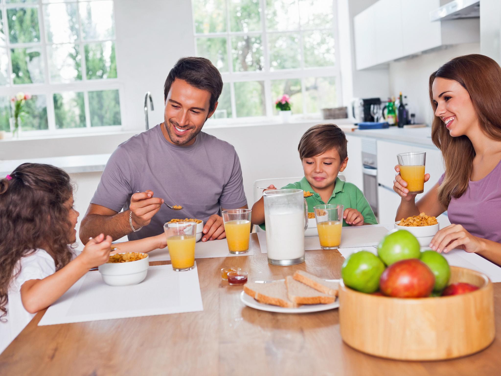 bambini e genitori che fanno colazione
