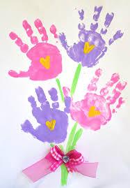 fiori con impronte di mani