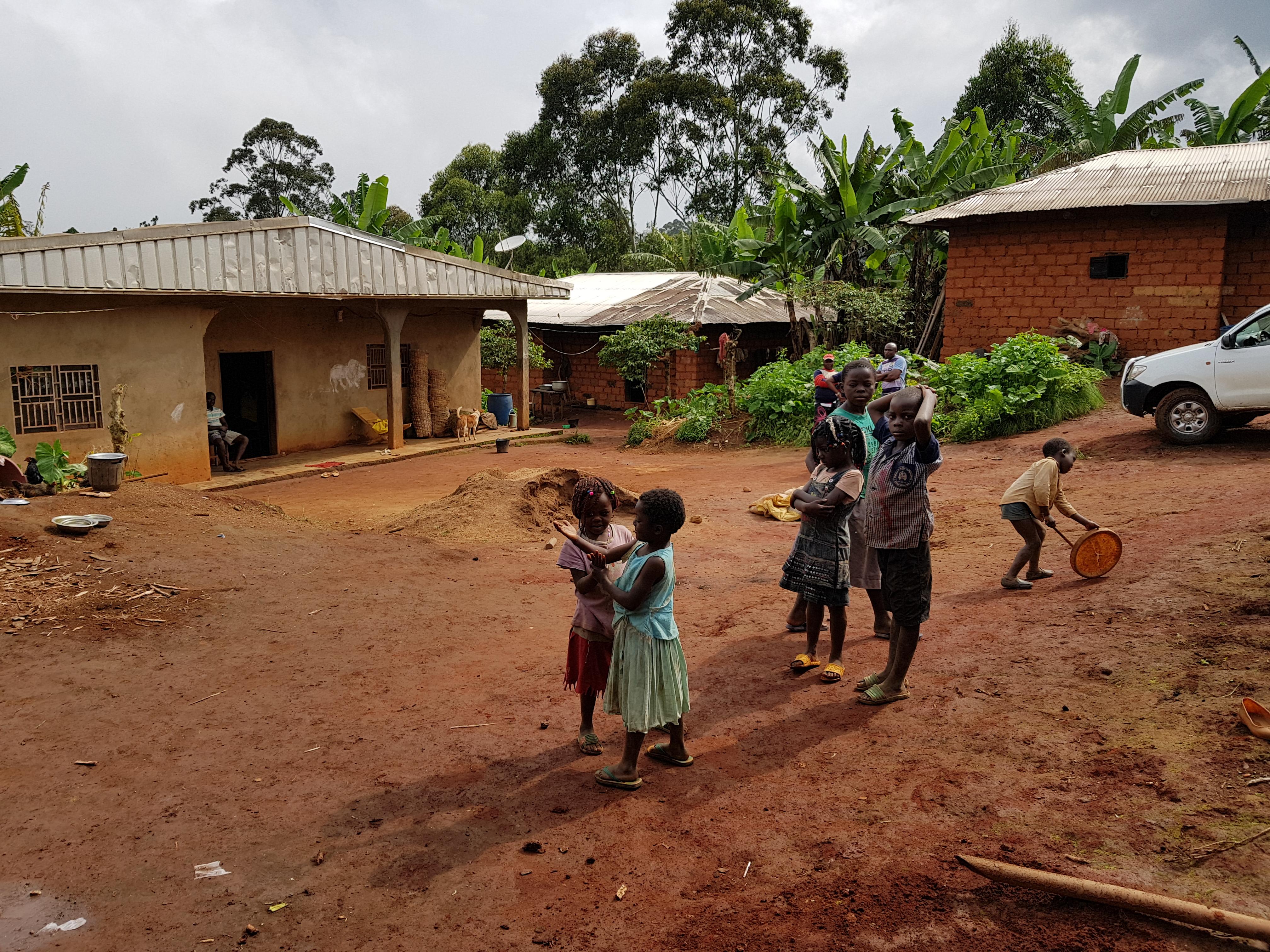 bambini che giocano in villaggio