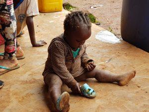 bambina che gioca con la sua scarpetta