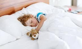dormire nel lettino con un pupazzo